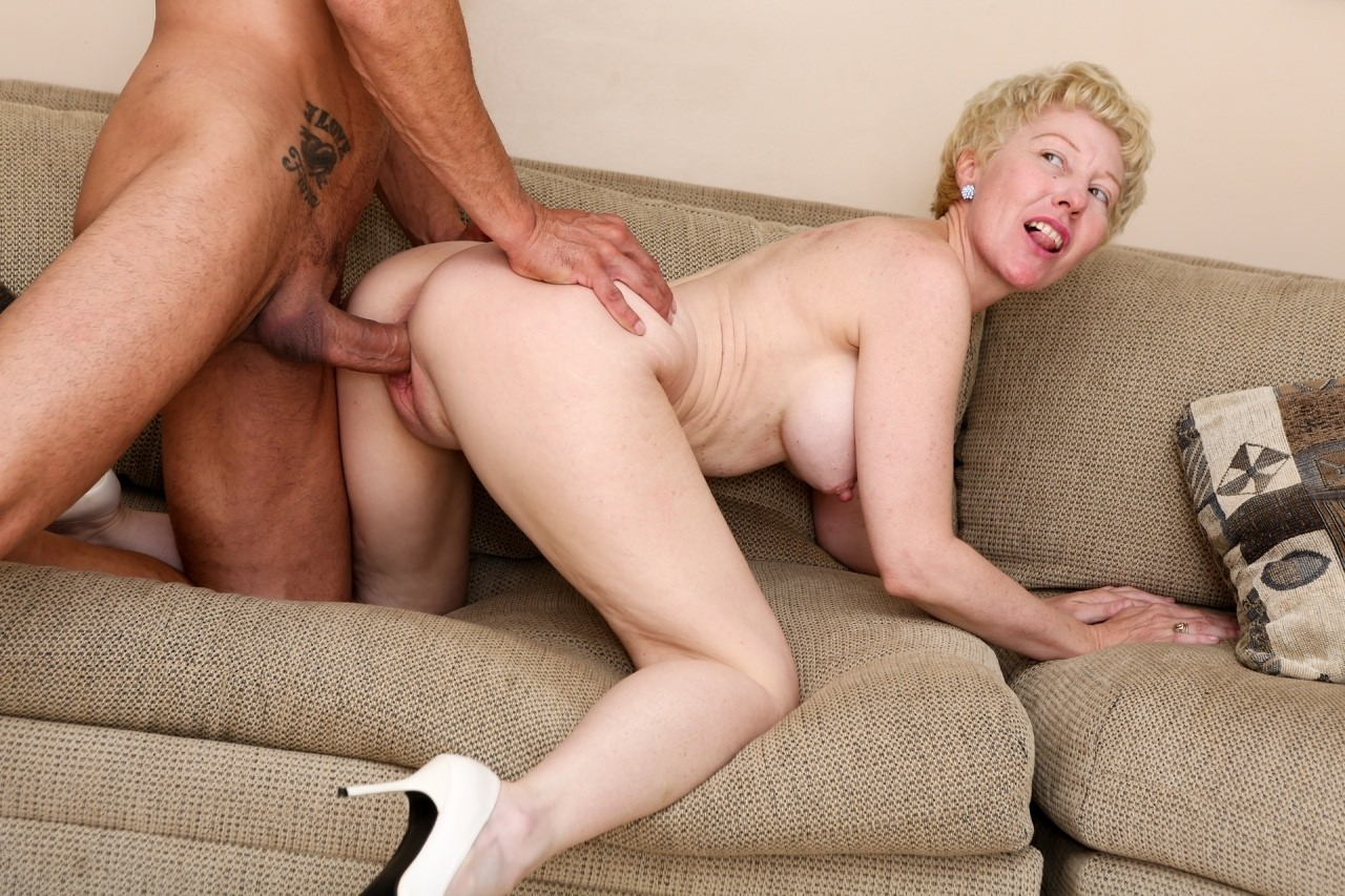 Quick Kitchen Fuck With Cum Eating Horny Mature Gloria Soriano