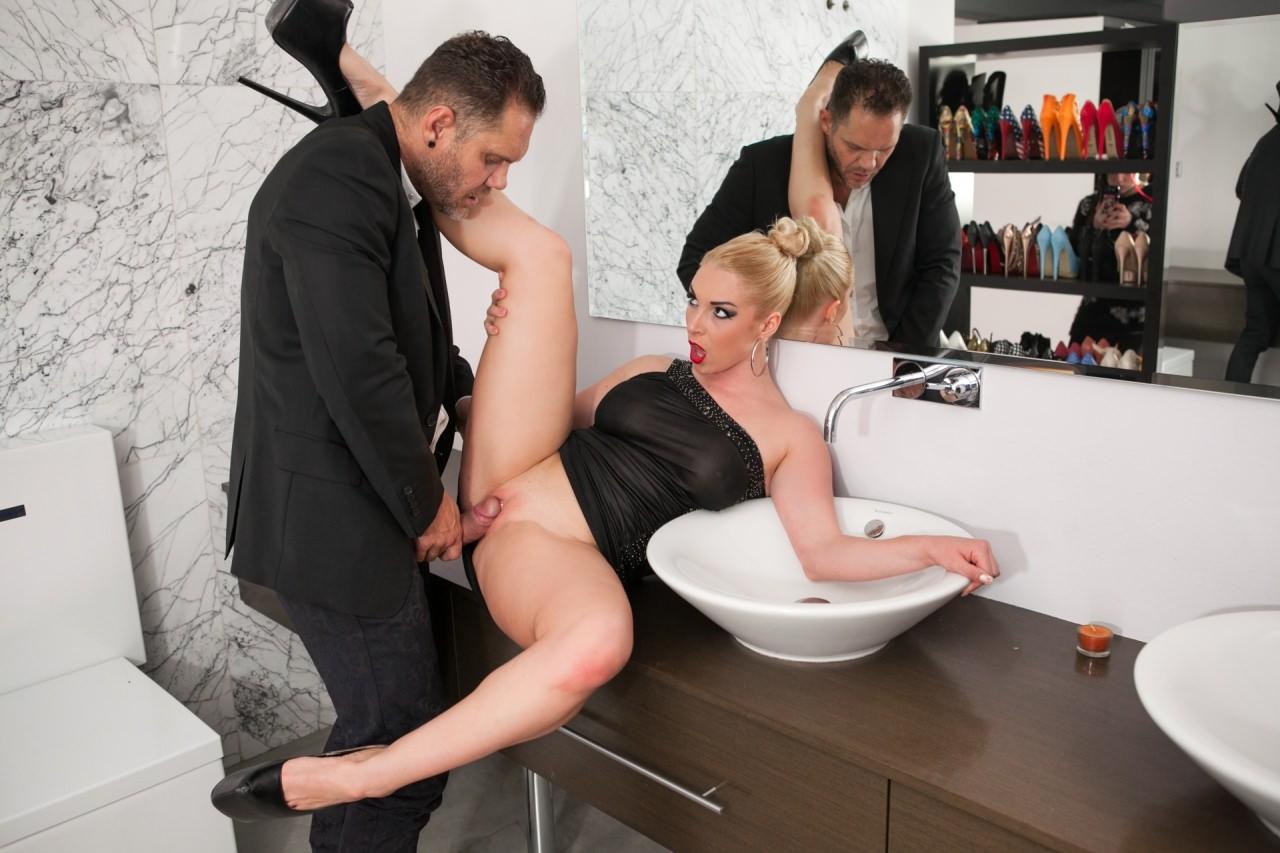 seks-v-tualete-blondinka