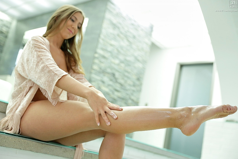 Gorgeous Feet featuring Suzie Moss